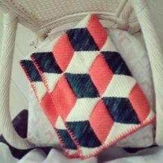 Vasarely blanket! Free pattern on Ravelry & customized border! #diy #crochet Made by:Kätti /Miss Amigurumi