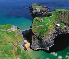 The Carrick-a-Rede rope bridge is on the Antrim Coast of Northern Ireland. This famous rope bridge links the mainland to the tiny island of Carrickarede and spans an eighty foot deep chasm. Oh The Places You'll Go, Places To Travel, Places To Visit, Travel Destinations, Dublin, Trekking, Rope Bridge, Sky Bridge, Les Continents