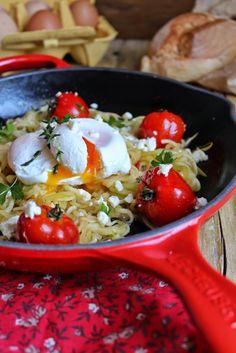 Curgete em esparguete com ovos escalfados