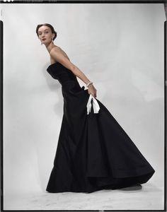 Erwin Blumenfeld, Evelyn Tripp, en robe Sargent de Christian Dior. Variante de la photographie parue dans Vogue US du 1er novembre 1949.