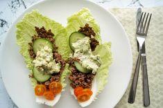 Kinakålswrap med oksekød. Lækre og nemme low carb wraps lavet af kinakål og fyldt med oksekød, grøntsager og verdens bedste guacamole.