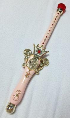 『マハリクマハリタ・ヤンバラヤンヤンヤン』次のアイテムは、魔法使いサリーから「スピカタクト」。実はアニメのサリーちゃんをほとんど見ていないので、どういった... Japanese Toys, Cute Japanese, Star Emoji, Sailor Moon Usagi, Kawaii Jewelry, Anime Toys, Black Dragon, Mineral Stone, Magic Shop