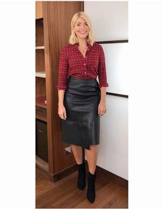 Karen Millen has had a makeover that fashion fans - including Holly Willoughby - can't get enough of. Cute Dress Outfits, Cute Dresses, Work Outfits, Holly Willoughby Legs, Black Leather Pencil Skirt, Leather Skirts, Leder Outfits, Celebrity Beauty, Feminine Dress