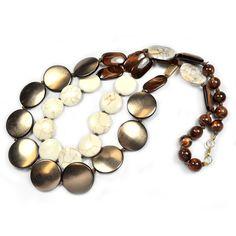 Colar moedas duas voltas bronze e pedras brancas. Material: resina, madeira e pedras brasileiras. R$134,40.