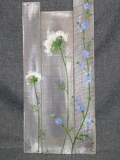 Pallet kunst aan de muur, veldbloemen groen, boerderij decor, grijze leeftijd hout, handgeschilderde bloemen, Queen Ann Lace, rustieke shabby, geregenereerde Deze grijze en witgewaste stuk zou een grote, persoonlijke touch aan uw interieur voorjaar en de zomer thuis of op uw cottage. ** Dit is de originele afgebeeld. Uw gekochte foto zou worden geschilderd 10-14 dagen na bestelling. Merk op dat hout kenmerken uniek voor elk nieuw stuk zijn en grootte van 1/2 tot 1 variëren kan . Klaa...