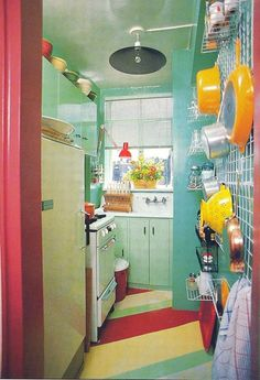 retro kitchen small space kitsch-also an idea for storage in our kitchen Retro Kitchen Decor, Kitchen Colors, Vintage Kitchen, Kitchen Design, Retro Kitchens, 1950s Kitchen, Kitchen Ideas, Casa Retro, Retro Home