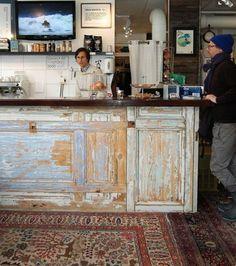 old doors ~ great idea for a bar or shop counter (inspiration only) Bar Vintage, Vintage Doors, Bar Piscina, Deco Cafe, Outdoor Kitchen Countertops, Shop Counter, Outdoor Kitchen Design, Old Doors, Salvaged Doors