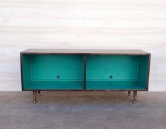Mid Century Modern Record Cabinet Media Table  TV Stand Entertainment Cabinet, MCM Chocolate ad Teal and Chocolate Brown von TinyLionsDesigns auf Etsy https://www.etsy.com/de/listing/222022968/mid-century-modern-record-cabinet-media