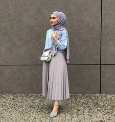 Etek Kombinleri Gri Uzun Pileli Etek Mavi Gömlek Gri Şal Mavi Stiletto Ayakkabı Modern Hijab Fashion, Muslim Fashion, Modest Fashion, Fashion Outfits, Fashion Fashion, Modest Dresses, Modest Outfits, Stylish Outfits, Outfit Look