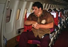PsBattle: Andre the Giant on an airplane Giant People, Tall People, Funny Photos, Cool Photos, Funniest Photos, Nephilim Giants, Power Photos, Looking For Friends, Andre The Giant