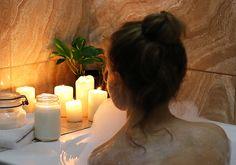 Quoi de plus agréable qu'un bon bain chaud ? Voici 5 ingrédients que vous pouvez ajouter à votre bain pour le rendre encore plus relaxant.
