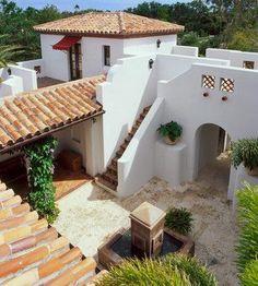 Aspecto completamente limpio para un patio estilo español...
