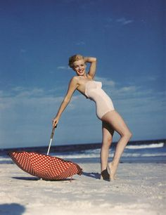 Marilyn Monroe photographed by André de Dienes, Malibu Beach, 1946 Pose idea Joe Dimaggio, Pin Up, Brigitte Bardot, Fotos Marilyn Monroe, Divas, Love Vintage, Red Umbrella, Beach Umbrella, Parasols