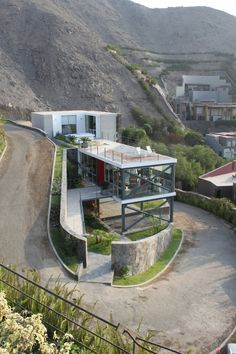 Interesting Mirador House by Architects // You may find amazing architecture anywhere you go. What about Lima, Peru? In Lima Architects designed a simple, but modern piece of architecture called the Mirador House. - Home Decoratings Architecture Design, Beautiful Architecture, Residential Architecture, Contemporary Architecture, Landscape Architecture, Computer Architecture, Contemporary Interior, Design Exterior, House On A Hill