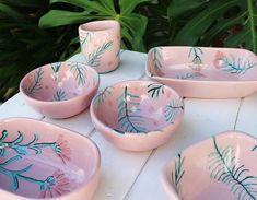 """Disfrutar de """"la hora del aperitivo"""", sobre todo en verano, es uno de esos """"pequeños placeres de la vida"""". Esta preciosa vajilla de cerámica con motivos de la naturaleza es perfecta para disfrutarla en esta época del año. Tiene un acabado con esmalte rosa y es un diseño de """"El cielo abajo"""" (ver mas en el blog....)"""