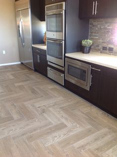 Our select photos of wooden floor tile design gallery from top interior designers will inspire you to pick your flooring with ease. Floor Design, Tile Design, House Design, Open Plan Kitchen Living Room, Tiny House Nation, Home Upgrades, Sims House, House Floor Plans, Kitchen Remodel