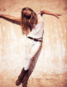 Anna Selezneva portant un jean blanc, photographiée par David Bellemere pour la série mode Paradis Blanc du numéro davril 2012 du Vogue Paris.