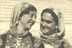 Εορτασμοί της 4ης Αυγούστου: γυναίκες με παραδοσιακές ενδυμασίες από τα Μέγαρα, 1937. Nelly's (Σεραϊδάρη Έλλη)