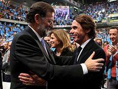Aznar saludando a Mariano Rajoy en el acto de cierre de campaña de las elecciones generales de noviembre de 2011.