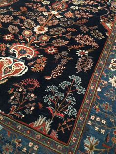 Dit zeer bijzondere QUM tapijt verkeert in goede conditie. Het tapijt wordt gekenmerkt door een bijzondere kleurstellingen en patronen en is gemaakt van prachtige fijne wol. Bekijk de foto's en laat u overtuigen.  Formaat ca. 191 x 151 cm, knoopdichtheid is ca. 350.000 - 400.000 kn/m2  Komt u een privé collectie en is een echte collectors item. U haalt met dit tapijt een zeer bijzondere en gewild tapijt in huis!  Het tapijt wordt verzekerd verstuurd met een track & trace code,