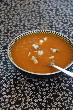 Un velouté tout simple qui réchauffe et réconforte par ce temps gris. J'apprécie beaucoup le côté sucré du potiron mais j'aime mieux, dans une recette de soupe, l'adoucir en lui ajoutant d'autres légumes. Je la sers accompagnée de dés de bleu d'Auvergne...