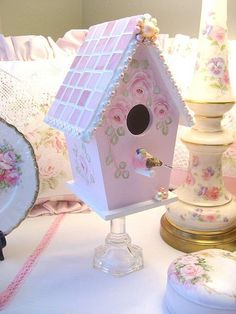 Mosaic and hand painted roses pink birdhouse on a stand. Copyright 2008 Rhea Cominolo Sweet n Shabby Roses Cottage Shabby Chic, Shabby Chic Crafts, Shabby Chic Pink, Shabby Chic Decor, Bird Houses Painted, Bird Houses Diy, Casa Do Rock, Shabby Chic Birdhouse, Manualidades Shabby Chic