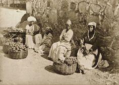 10 raras fotografias de escravos brasileiros feitas 150 anos atrás   História Ilustrada - Quitandeiras em rua do Rio de Janeiro, 1875 (Marc Ferrez/Acervo Instituto Moreira Salles).