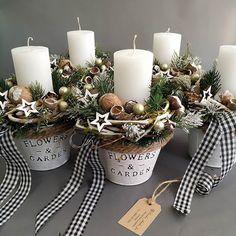 Резултат с изображение за weihnachtsdeko hauseingang - White Christmas, Christmas Wreaths, Christmas Crafts, Xmas, Decorating With Christmas Lights, Christmas Decorations, Table Decorations, Types Of Flowers, Diy Flowers