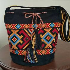 403 отметок «Нравится», 8 комментариев — Hobinisat (@hobinisat) в Instagram: «Çanta çok şık @afra_dayi» Fabric Handbags, Crochet Handbags, Crochet Purses, Tapestry Bag, Tapestry Crochet, Crochet Designs, Crochet Patterns, Boho Bags, Knitted Bags