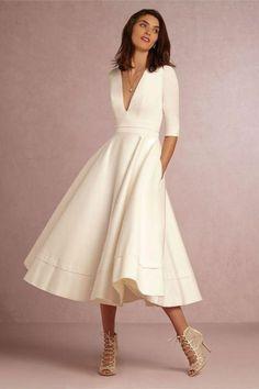 langes-elegantes-weißes-kleid-mit-ärmeln