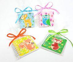 Detalles infantiles: Libretas con dibujos de animalitos. Tapas están realizadas en madera, con 45 hojas con dibujo. Se sirven surtidas, en bolsa con rafia a tono y tarjeta personalizada.