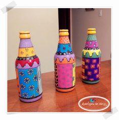 Como sou fascinada por artesanato, estou sempre a procura de ideias bacanas para colocar em prática. Passeando pela net encontrei mu... Glass Bottle Crafts, Wine Bottle Art, Painted Wine Bottles, Diy Bottle, Bottles And Jars, Glass Bottles, Painted Mugs, Hand Painted Ceramics, Garrafa Diy