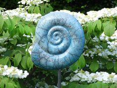 Mit viel Liebe zum Detail getöpferter Ammonit.