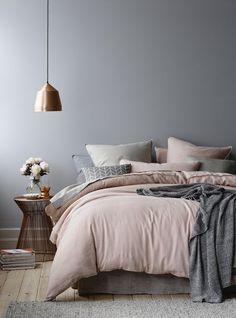 Me encantan los colores de los edredones y la cercanía de la cama al suelo.