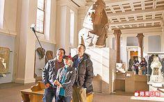 自拍棒易干擾他人,大英博物館考慮禁用。翻攝英國《每日郵報》