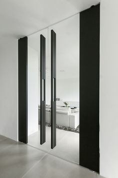 The FritsJurgens pivot hinges carry loads between and making them highly suitable for large and heavy glass pivot doors. Big Doors, Pivot Doors, Windows And Doors, Sliding Door, Modern Entrance Door, Office Entrance, Glass Design, Door Design, Lobby Interior