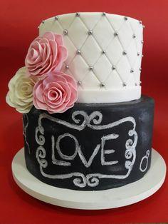 Bolo chalkboard ou quadro de giz de casamento com flores de açúcar. Esse bolo também com orquídeas, papoulas já que nosso país e tropical.