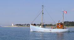 Åletransportkvasen RIGMOR af Ebeltoft, tidligere Skærbæk. Sejlede bl.a. for Th. Petersens Åleeksport i Kolding. Rigmor er bygget på Langø Bedding i 1935 af skibsbygger H.P.L. Jacobsen. Han var kendt som den skibsbygger, der kunne bygge de største 20 tons kuttere. Det var en fordel, at de lå lige under 20 tons, da man skal have skibsførerbevis for at sejle skibe over 20 tons.