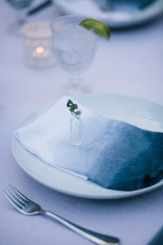 Dip Dye Napkins — These are beautiful. I like the whole tablescape, really.