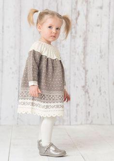 Designene i denne babykatalogen strikkes i Dale Baby Ull og Lille Lerke. Myke og behagelige garnkvaliteter som tåler maskinvask og holder seg fine etter lang tids bruk. Størrelsene i katalogen er fra 0-3 år. Baby Girl Fashion, Kids Fashion, Baby Barn, Knit Baby Dress, Girls Dresses, Flower Girl Dresses, Baby Knitting, Knitwear, Baby Kids