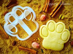 If you a dog lover. You should buy this cute little Dog paw cookie cutter and make him eat it. Dog Biscuit Recipes, Dog Food Recipes, Dog Biscuits, Cookies Et Biscuits, Dog Safe Cake Recipe, Dog Clicker Training, Puppy Treats, Homemade Dog Treats, Homemade Gifts