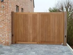 Recht ingekaderde poort langs woning -Iroko Wooden Side Gates, Wooden Gate Designs, Fence Options, Driveway Entrance, Electric Gates, Fence Styles, Porch Entry, Home Look, Traditional House