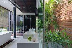 Das Mater-Bad ist eine markante moderne Raum, Glas, weißer Marmor, reiche Naturholz und Zeilen hell grün mischen. Eine Podest-Wanne auf der linken Seite können Sie mit Rundum-Ansichten der Natur genießen.