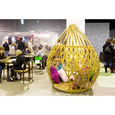 Offrez vous un espace cocooning! Ce cocon en bambou est idéal pour aménager, un salon, une chambre d'enfant, une terrasse couverte, un espace de travail, un espace d'accueil, un gite, une bibliothèque… Ce mobilier de créateur offrira un espace de vie à la fois détaché et ouvert sur l'extérieur, grâce au fin maillage du bambou. Un igloo, lieu paisible et sûr, pour se ressourcer grâce à ses matériaux bruts et vierges. Des courbes naturelles et harmonieuses, offrant un caractère unique à…