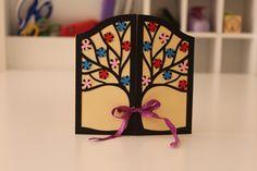 Tarjeta árbol ventana 12.5x12.5cm 185g Colores: crema, negro, azul, rojo y rosa Lazo violeta  (Colores personalizados)