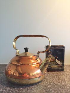 Old copper kettle en tea-caddy. Tea Caddy, Kettle, Kitchen Appliances, Diy Kitchen Appliances, Teapot, Home Appliances, Tea Trolley