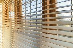 Veneciana de madera con cordón o escalerilla en tono miel.  wooden blind
