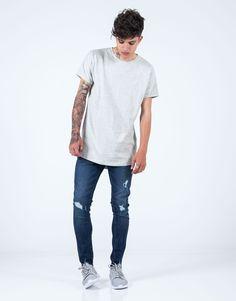 Camiseta básica regular fit gris JVZ. Mens Fashion, Mens Tops, T Shirt, Templates, Moda Masculina, Supreme T Shirt, Man Fashion, Tee, T Shirts