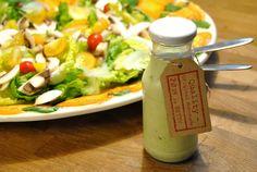 Rezept für ein Avocado-Dressing. Ideal für Blatt- Gurken- oder Tomatensalate. Habe es selber aber auch schon zu Pellkartoffeln gegessen. Sehr lecker!