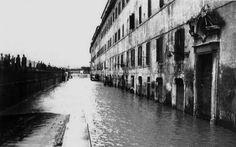 La piena del fiume Tevere del 1937 nei pressi del porto di Ripa Grande a Roma.